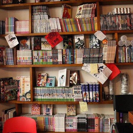 ¡Tenemos una biblioteca Manga completamente gratuita para vosotros! ¿Sabíais que muchos de los mangas nos los han donado los clientes? ¡Podréis averiguarlo mirando en la contraportada de los primeros tomos las dedicatorias!