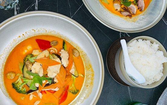 Gebratenes Maishähnchen mit Gemüse und roter Currysoße
