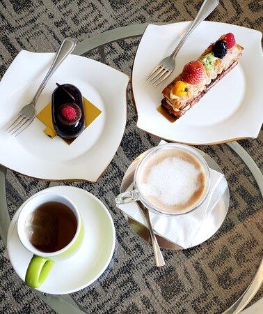 精選蛋糕就有我的至愛士多啤梨拿破崙蛋糕及朱古力拖肥蛋糕,還有兩杯飲品。