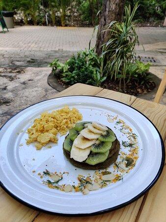 Matcha Pancakes acompañadas de huevo entero, claras o huevo Vegano