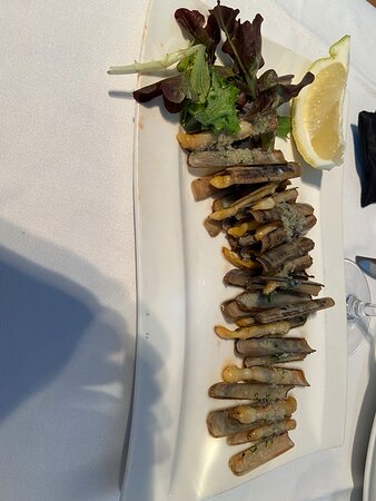 Fueron practicamente puntuales con la hora de reserva. El marisco estaba buenisimo, a buen precio. La paella aunque tenia buen sabor estaba demasiado salada.