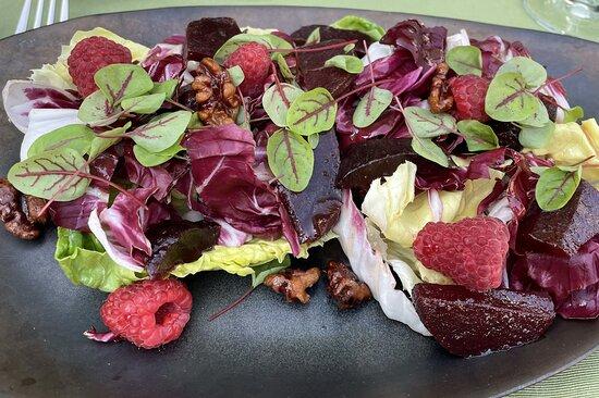 Radicchio-Salat mit Rote Bete, Himbeeren und karamellisierten Walnüssen