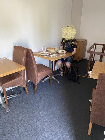 в ресторане 3 маленьких столика