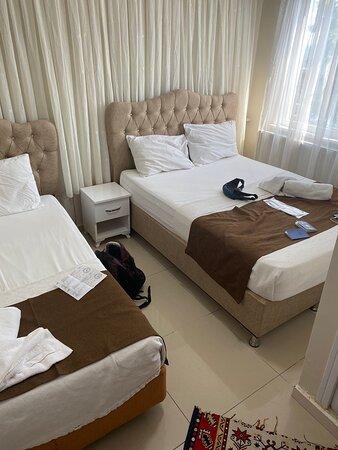 Самая большая комната отеля - дабл (окно сначала было с одной плотной шторой и утром светло стало рано)