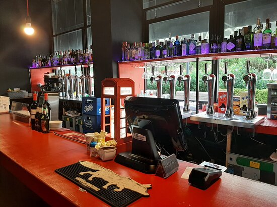 Barra con DOCE tiradores de diferentes cervezas