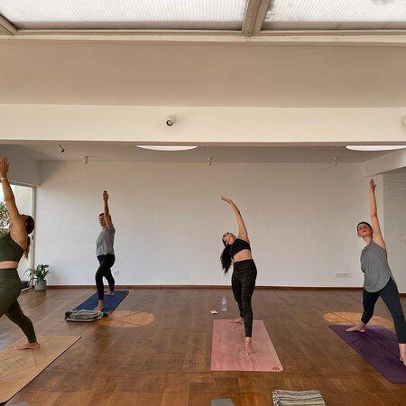 Casablanca, Marruecos: Posture guerrier yoga