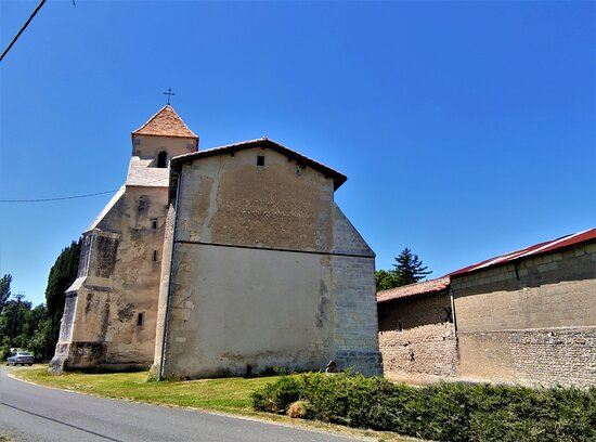 La simplicité fait le charme et la richesse de cette église qui s'éleva il y a mille ans.  Une église du début du 2ème millénaire, début de l'aire romane. Les murs datent de cette époque, 11ème siècle, même si l'église fut reconstruite au 12ème siècle.