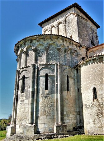 La visite s'avère incontournable lorsque l'on découvre le transept, l'unique croisillon au Nord et le chœur.  L'imposante tour lanterne qui occupe la croisée, les chapiteaux richement sculptés, les arcatures élégantes, les pendentifs de la coupole et les murs de l'abside construits de pierres disposées en losanges, sont autant d'éléments remarquables.