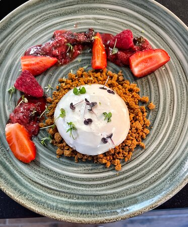 PANNA COTTA : Chocolat blanc, fraise, basilic