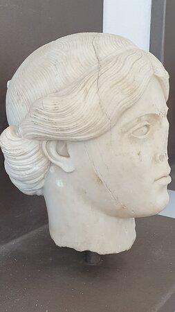 testa con volto femminile