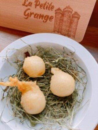 Beignets au Cantal fumé au foin - Restaurant La Petite Grange - Tournemire Cantal -  Xavier TAFFART & Olivier CLOTEAU