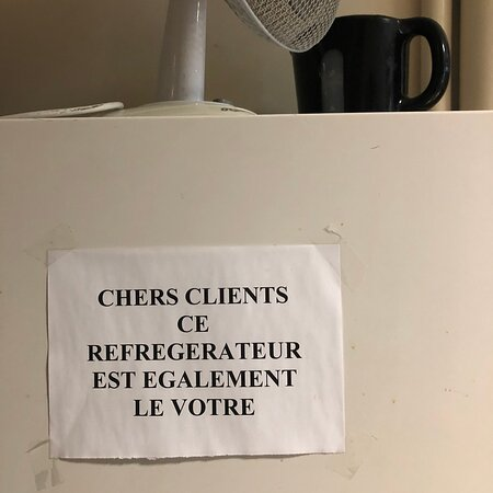 Un frigo est à disposition des client.e.s de l'hôtel