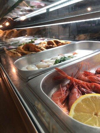 Variedad de nuestros productos frescos expuestos en una vitrina, en el que la clientela puede disfrutar y conocer la calidad de nuestras recetas.