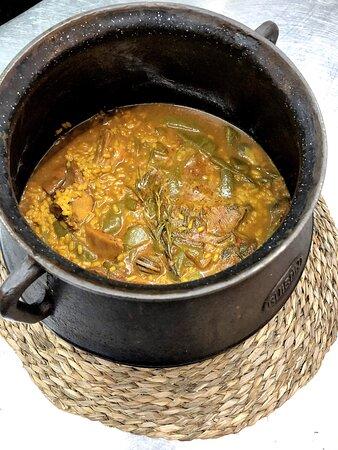 Olla de arroz caldoso elaborada en el Palace Fesol, de boletus y foie.