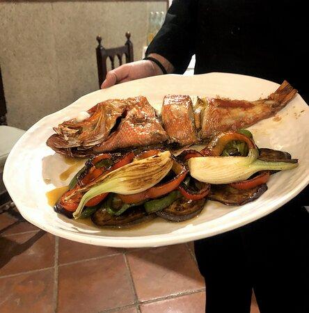 Pescado con verduras a la brasa: cebolla, pimiento, berenjena...