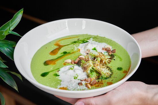 Крем-суп из брокколи, страчателла, миндаль