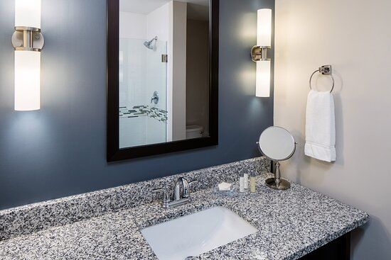 Traditional bathroom in all tradition King and Double Queen rooms