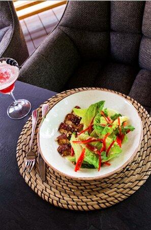 Паназіатський салат з вугрем, солодким перцем, волоськими горіхами та кінзою - 250 грн.