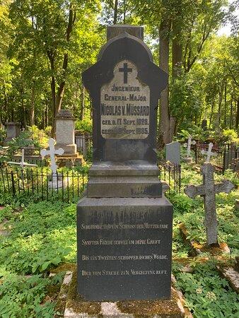 """Территория """"Литературных мостков""""на Волковском православном кладбище"""