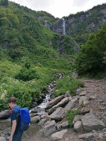 Я на фоне водопада ищу переход на другую сторону)