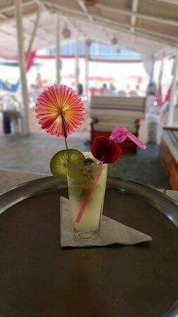 Essa é uma queridinha por aqui, caipinha de limão...  Aqui você encontra uma variedade de drinks e bebidas em geral!  Vem pra cá. . . . . . . . . #cabanauirapuru #drinks #caipirinha #praia #mar #bebermorar🍻 #ferias #diasdesol #coroavermelha #portoseguro