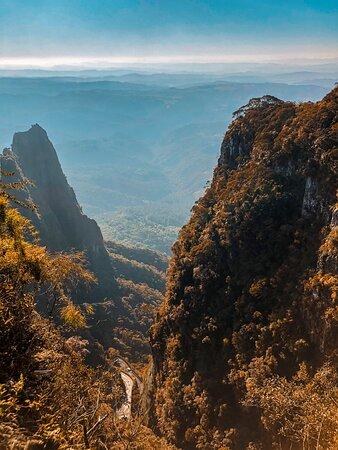 Curvas da serra vistas do Mirante do Parque Altos do Corvo Branco.