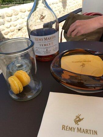 Dégustation au soleil du cognac Tercet Rémy Marty, accompagné de macarons à l'ananas. Un accompagnement parfait!