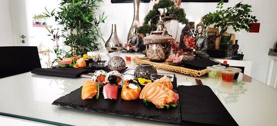 Ritual Oriental, uma experiência única e inesquecível! Viajar através do toque, das essências, dos sons e dos sabores...  Um ritual único e exclusivo, que envolve esfoliação japonesa, massagem de relaxamento com técnicas orientais, e no final, degustação de uma seleção de Sushi, acompanhado de um chá oriental. Duração 2horas, para 1 ou 2 pessoas (lado-a-lado).  Um agradecimento especial ao Restaurante Sushi Mei 🙏 #DaySpaMontijo #massagem #massagemcasal #sushimei #rituais