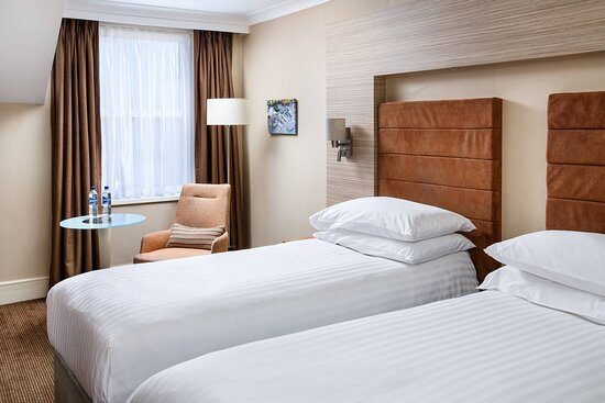 Twin/Twin Deluxe Guest Room