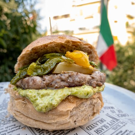 La grande impresa dell'#Italia a questo retrodatato #euro2020 è l'argomento del giorno e, come durante tutto il torneo, è ridondante come i colpi di un martello.  A proposito, vi ho mai parlato de 'O Martiello?  Nel dubbio lo faccio subito!  Nasce dall'amore per il Ciummo ed è così farcito:  - burger di salsiccia - crema di peperoncini verdi  - datterino giallo - peperoncini verdi fritti - scaglie di caciocavallo di Montella  Non perdere l'abitudine di venire a mangiare bene al Cantiere!