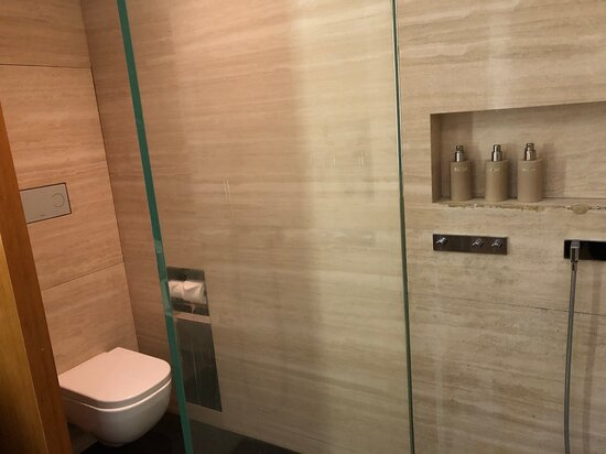 Cathay Pacific: Wing First Class loung - shower room toilet area