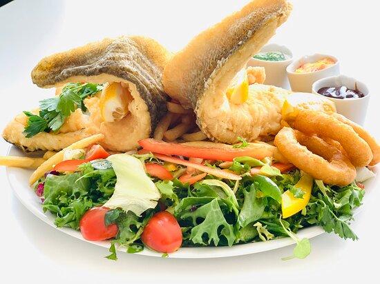 Ryby, półmiski rybackie podawane z kalmarami, krewetkami, sosami własnej produkcji, świeżymi sałatkami z widokiem na nasz piękny Bałtyk na samek plaży w Niechorzu. Tylko u nas takie widoki  i taka ryba :)