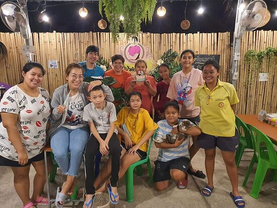 Ban Pong, Thailand: Tampatoykeeleum   Tampatoykeeleum is a restaurant in banpong. There are many delicious E-sab menu. The place is located in the center of banpong where next to the railway station just 2 minutes. And the place is decorated with beautiful real plants and flowers.