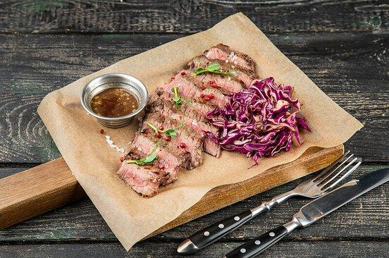 Стейк мясника зернового откорма с салатом из красной капусты и перечным соусом