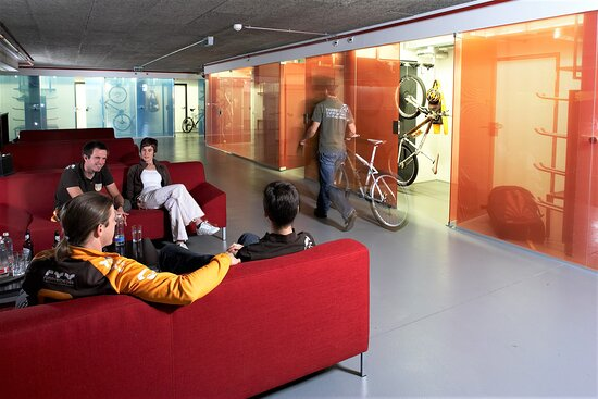 Savognin, Switzerland: Chill-Out Area in front of the rooms and showroom for storing and drying sports gear and other sports equipment.