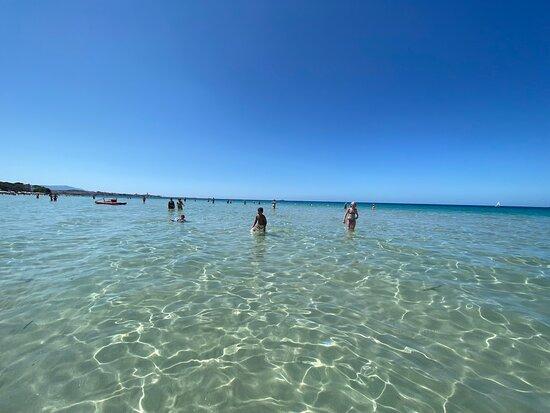 Spiaggia bellissima, acqua cristallina con un ampia riva. Sabbia finissima e bianca. I chioschi nei dintorni non molto forniti