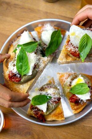 FOCACCIA MMM...MELANZANA Caviar d'aubergine, mozzarella di bufala AOP, tomates confites, Parmigiano Reggiano AOP, basilic, huile d'olive extra vierge