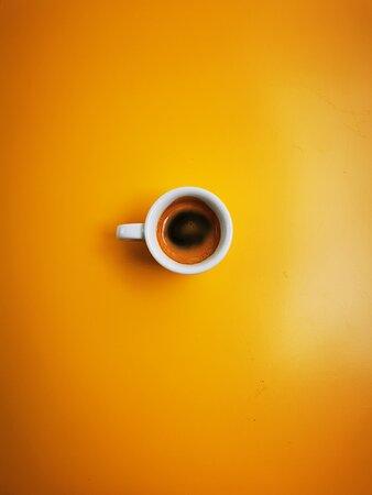 Le petit café sur la table jaune