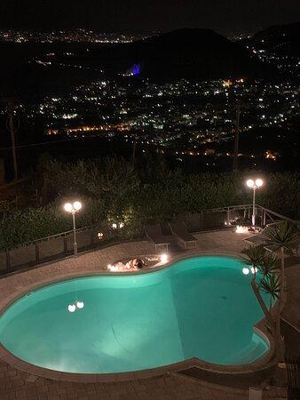 Vista notturna dalla terrazza della camera