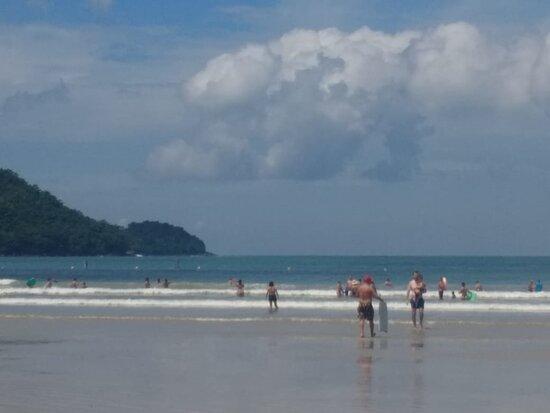 Pode fazer sua Home-office aqui. WiFi alta perfomance e estacionamento gratuito. Na Praia da Lagoinha, Ubatuba-SP, tem tudo para você curtir pertinho do mar e das cachoeiras, com restaurantes e delivery e todos os serviços necessários.   São duas suítes independentes para até 5 pessoas cada uma.