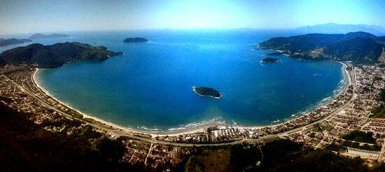 A bahía abrange a Praia da Lagoinha, Sapê e Maranduba