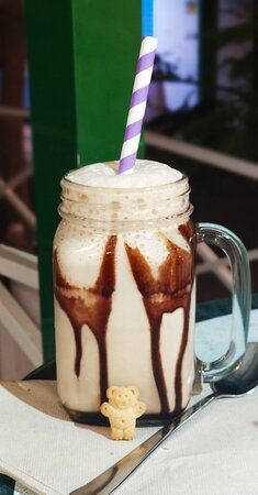 """Playa Blanca, Spain: Meilleur glacier de Lanzarote !!!! Au détour d'une petite rue piétonne en sortant d'un petit restaurant on est tombé sur ce glacier génial.  Ils font leurs glaces eux même, la dame qui nous sera est juste adorable et génial avec son style et son humour on est tous ses """"amors"""" 🤣 Mais alors ses glaces sont juste hyper bonnes et si vous aimez le café testez le frapuccino un vrai régal 😋👍l"""