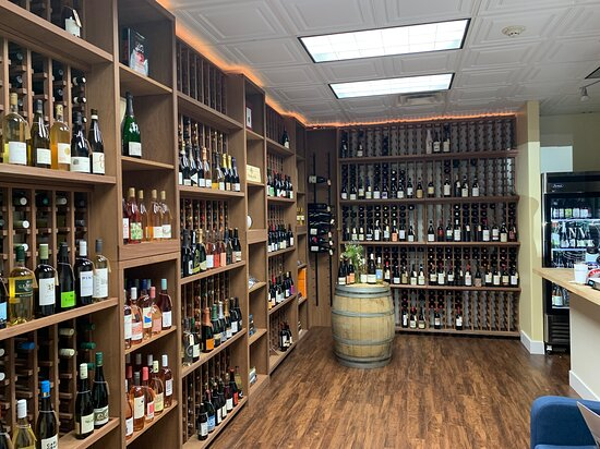 Richland, WA: Our space! Space for 650 different bottles and a little bar that you can try a couple of wines at.