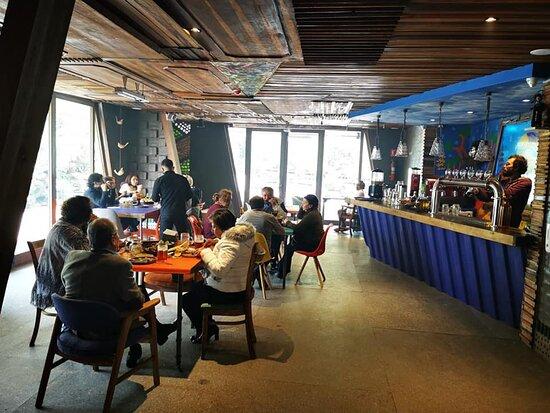mesas recicladas y especialidad de comida ahumada...cerveza artesanal.