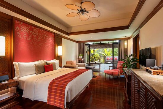 Courtyard king bedroom with riverside view