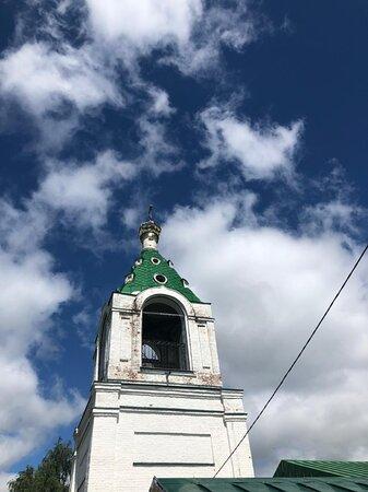 На фоне удивительно красивого владимирского неба...