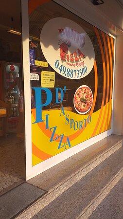 Province of Padua, Ιταλία: Punto Pizza du group Silvio, est un point de commande de pizza cuite au four sur place Via Marconi à Mejavia au nord de Padoue