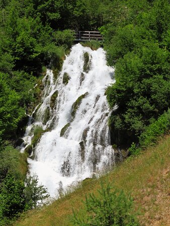 La cascata del Rio Bianco vista dalla provinciale