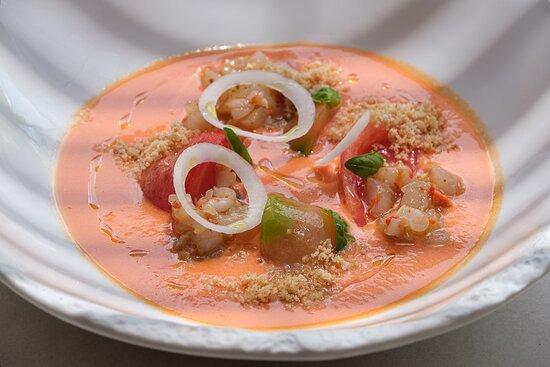 Salmorejo con tartar de gamba roja, albahaca y caviar de aceite