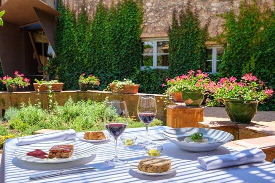 Una comida en la terraza de La Boella es garantía de exclusividad y descanso, un lugar perfecto para respirar paz